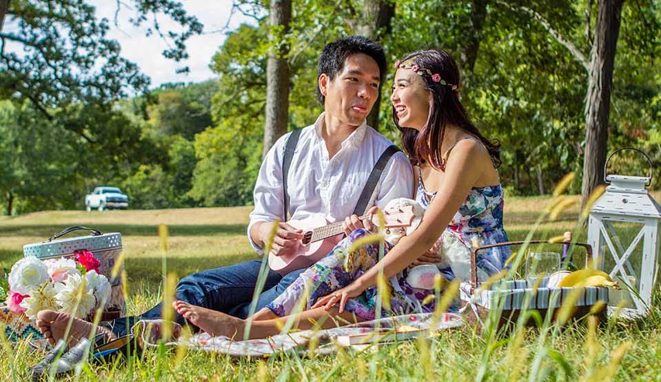 Picnic couple wikimedia